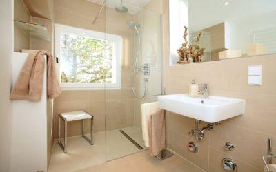 Accessibilité : en quoi le zéro ressaut en salles de bains impacte-t-il tout le bâtiment ?